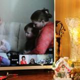 Эпизод видеоконференции: Настя занимает детей в соседней комнате