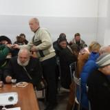 Эдуард разносит чай и сладости во время проповеди Евангелия